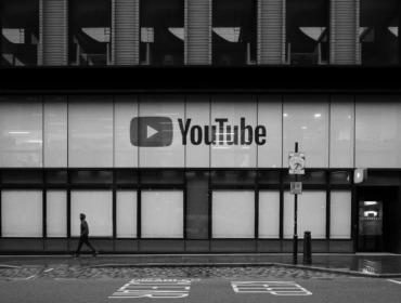 """Eingang zu einem Gebäude mit dem Schild: """"Youtube"""""""