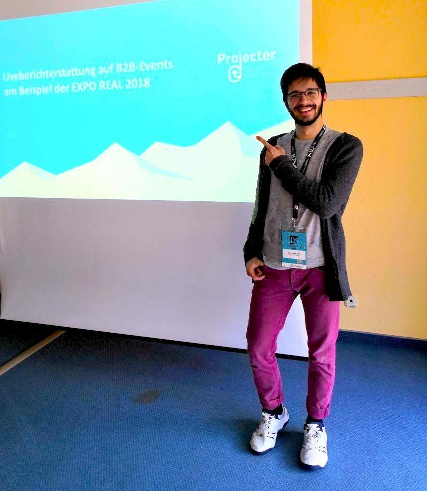 Zu sehen ist Max von Projecter während seines Vortrags zur Liveberichterstattung auf der EXPO REAL