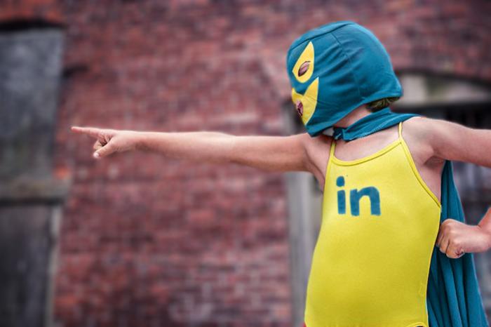 Auf dem Bild weist der LinkedIn-Hero den Lesern den Weg