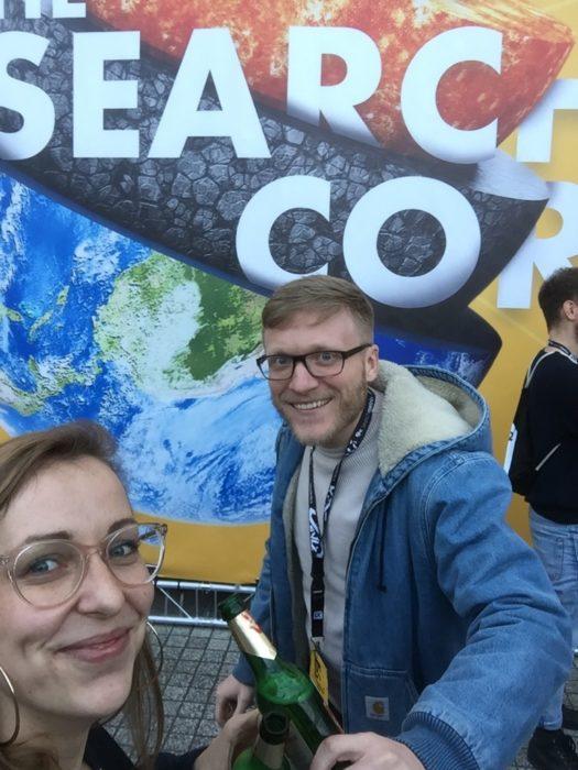 Nico und Julia vor einem Banner der Campixx 2019