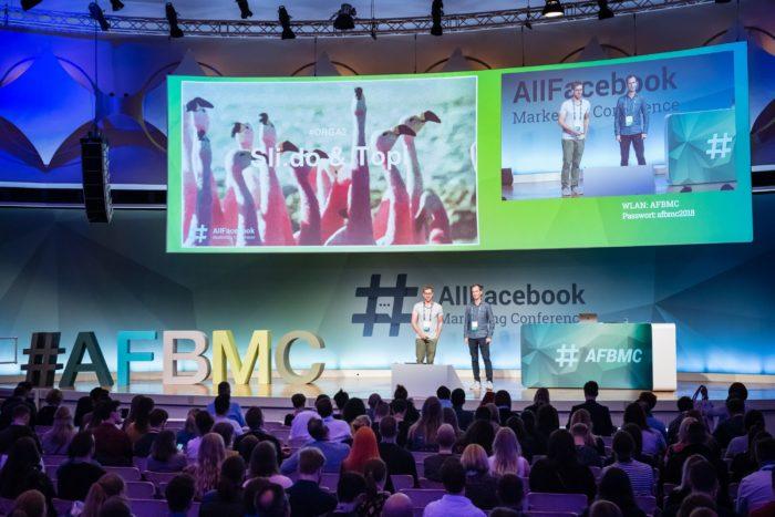 Zu sehen ist die Bühne der AFBMC mit zwei Speakern