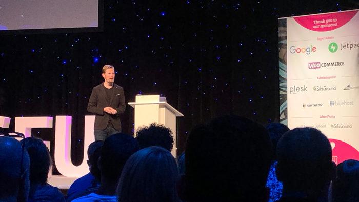 Zu sehen ist der Speaker Matt Mullenweg auf der Bühne des WordCamp Europe 2019