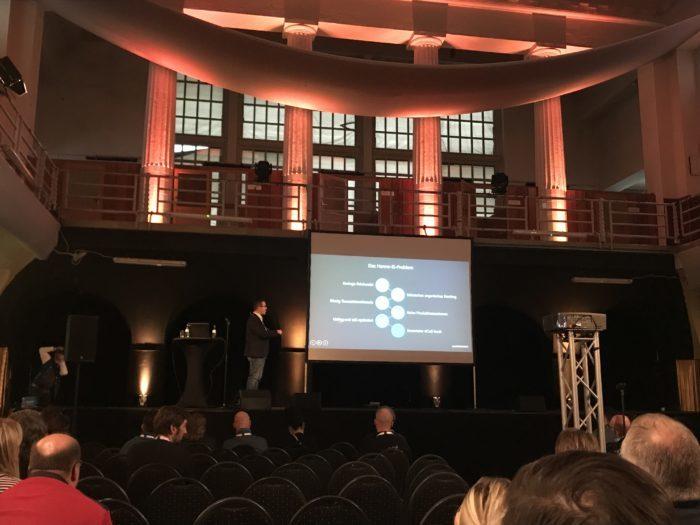 Zu sehen ist Referent Michael Heckers Präsentation zu Amazon PCC auf dem Amazon Seller Day 2018 in Leipzig