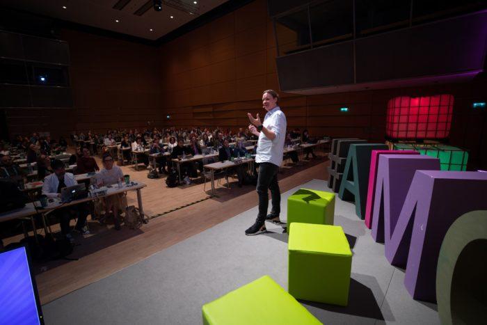Zu sehen ist ein Foto des Talks von Jan Erik Kruse (Asics) und Katja von der Burg (Projecter)auf der AIMC 2019