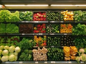 Bild einer organisierte Gemüseauslage im Supermarkt