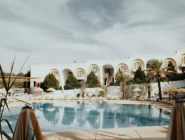 Bild von einem Hotelpool, leeres Hotel