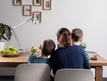 Homeoffice mit zwei Kindern am Laptop