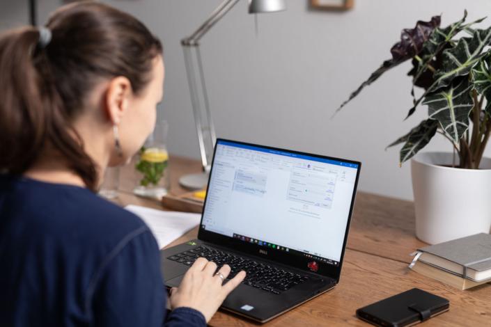 Person, sitzend vor Laptop