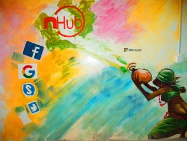 Bild Social Media Symbole vor buntem Hintergrund